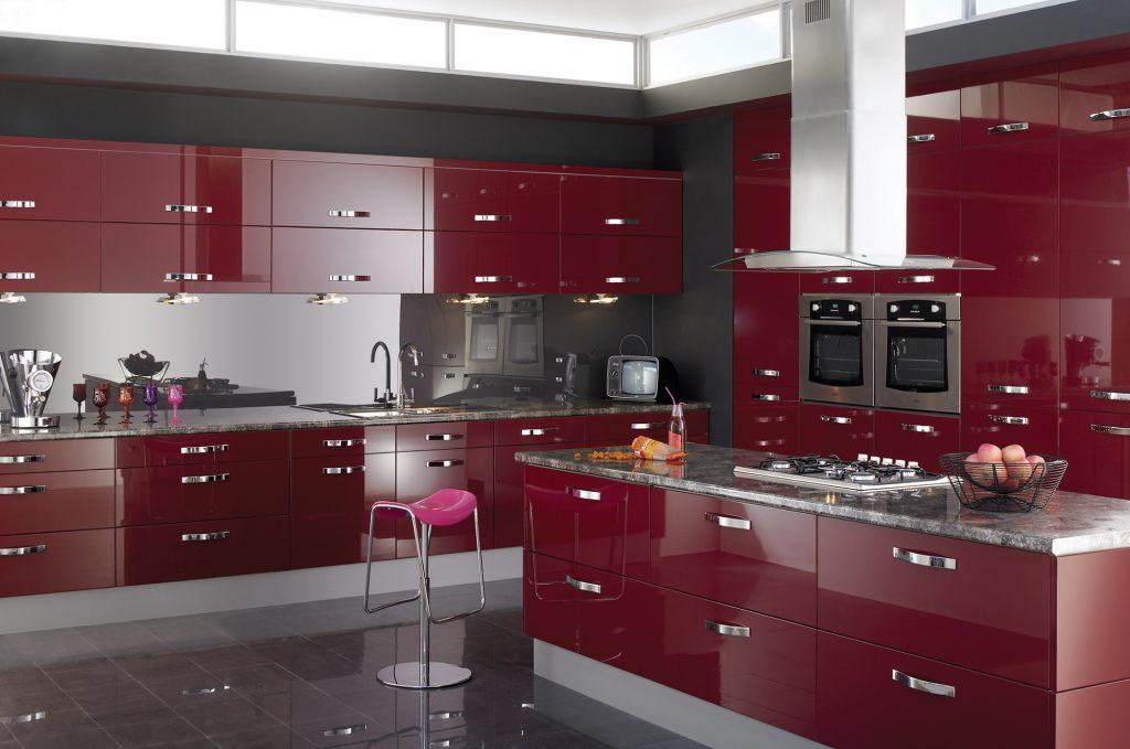 مطبخ-باللون-الاحمر-والاسود-في-الحائط