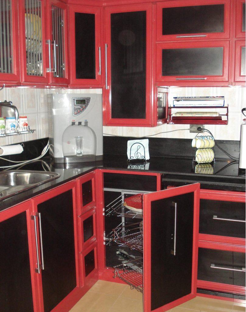 مطبخ-صغير-باللون-الاحمر-والاسود