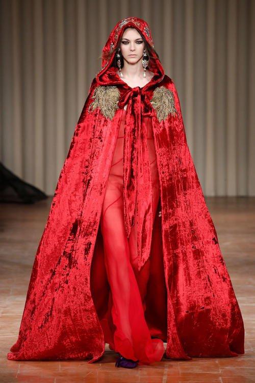 فستان-احمر-بالكاب-المخملي-من-Alberta-Ferretti
