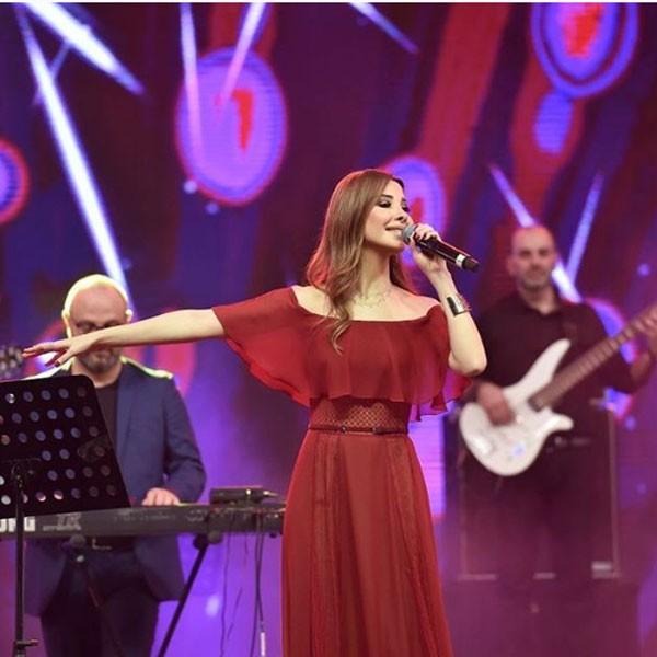 المغنية-نانسي