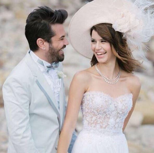 زوج بيرين سات في حفل زفافهم