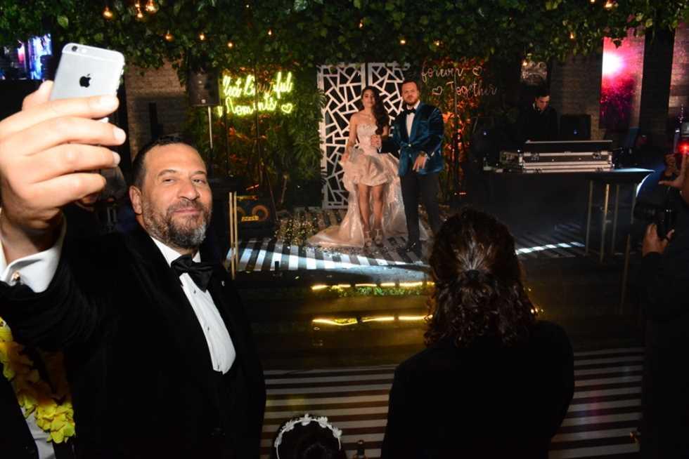 سيلفي-العروسين