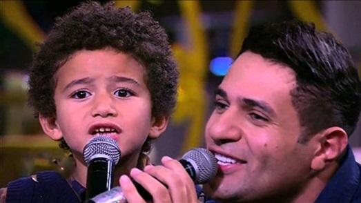 نور-يغني-مع-ابنه