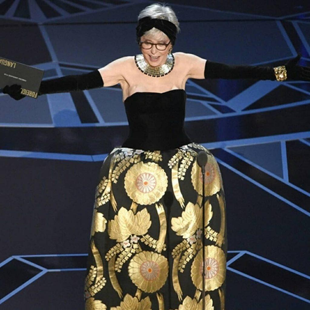 ريتا-تستعرض-فستانها