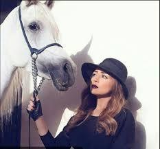 صور مي عز الدين تشارك متابعيها باحدث اطلالتها مع الحصان
