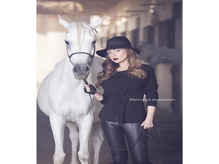 صور مي عز الدين تشارك متابعيها باحدث اطلالتها مع الحصان2