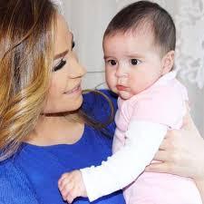 نشرت الفنانة اللبنانية كارول سماحه صورة مع ابنتها الوحيدة تالا