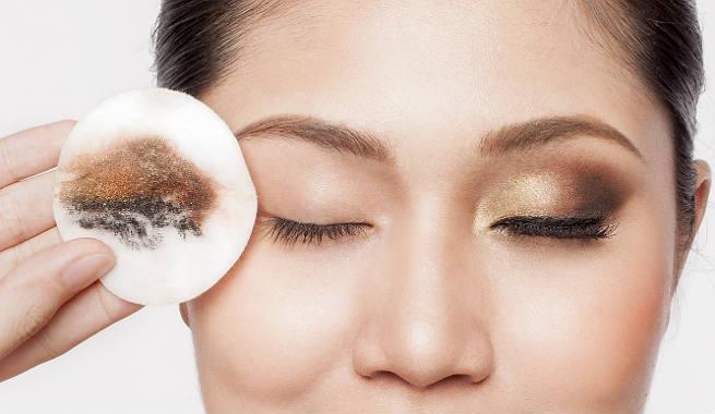 ازالة مكياج العيون