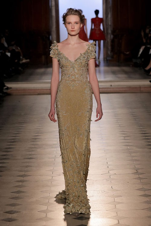 فستان-باللون-الاصفر-الذهبي-من-طوني-ورد
