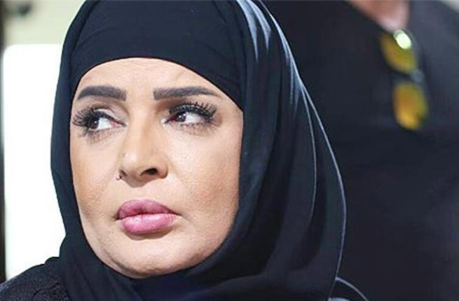 الفنانة بالحجاب