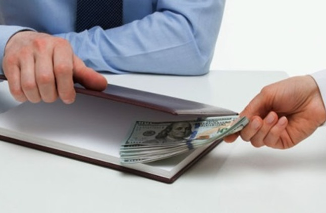أبوظبي: موظف راتبه 160 ألف درهم شهريا متهم بالرشوة
