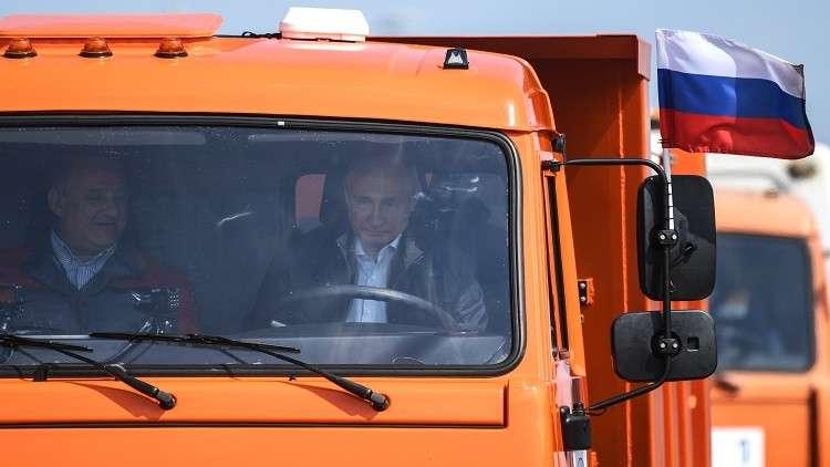 بالفيديو الرئيس فلاديمير بوتين يقود شاحنة نقل