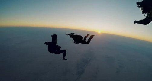 أول-ممثل-يقفز-من-مظلة-على-ارتفاع-25-ألف-قدم