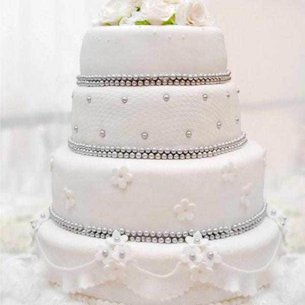 كعكة-بيضاء-باللؤلؤ