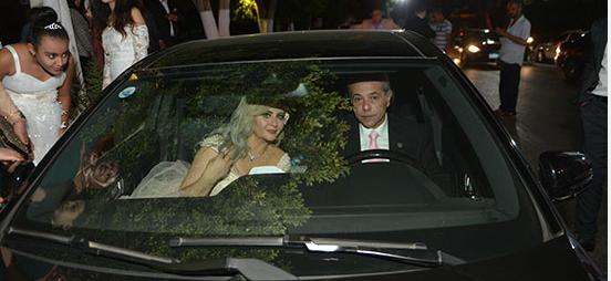 العروسين-خلال-مغادرتهم-الحفل