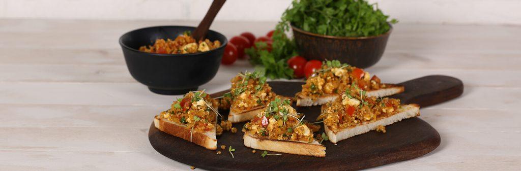 جبنة-بانير-الصحية-مع-الكينوا-على-شريحة-من-الخبز