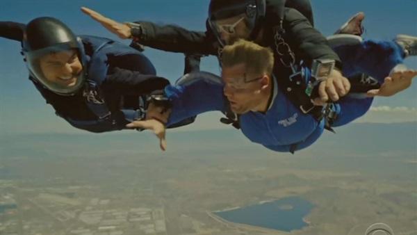 توم كروز يقفز مع المذيع البريطاني جيمس كوردون من ارتفاع 4500 متر