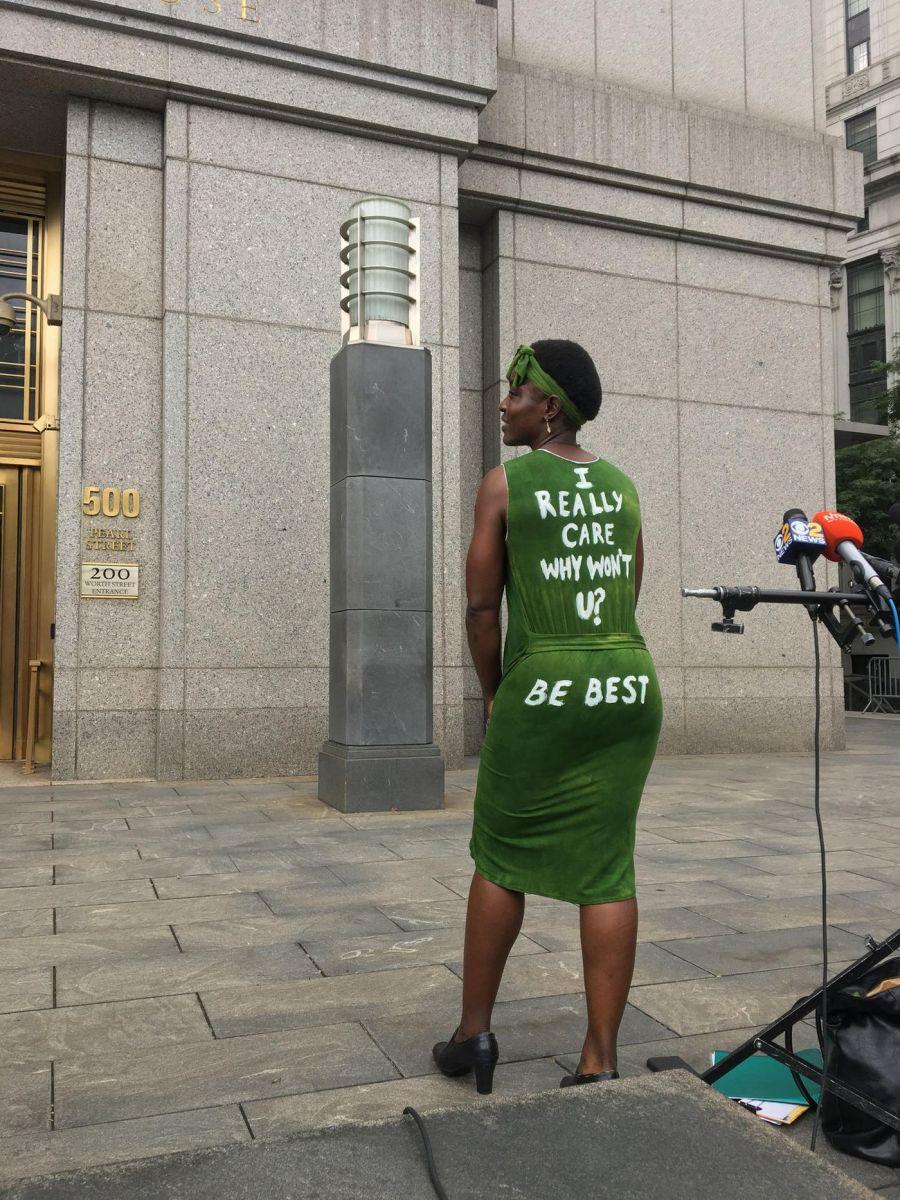 متسلقة تمثال الحرية توجه رسالة ساخرة على فستان لـ ميلانيا ترامب