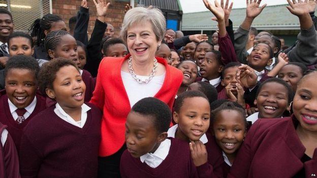 بالفيديو.. رئيسة وزراء بريطانيا ترقص مع أطفال المدارس