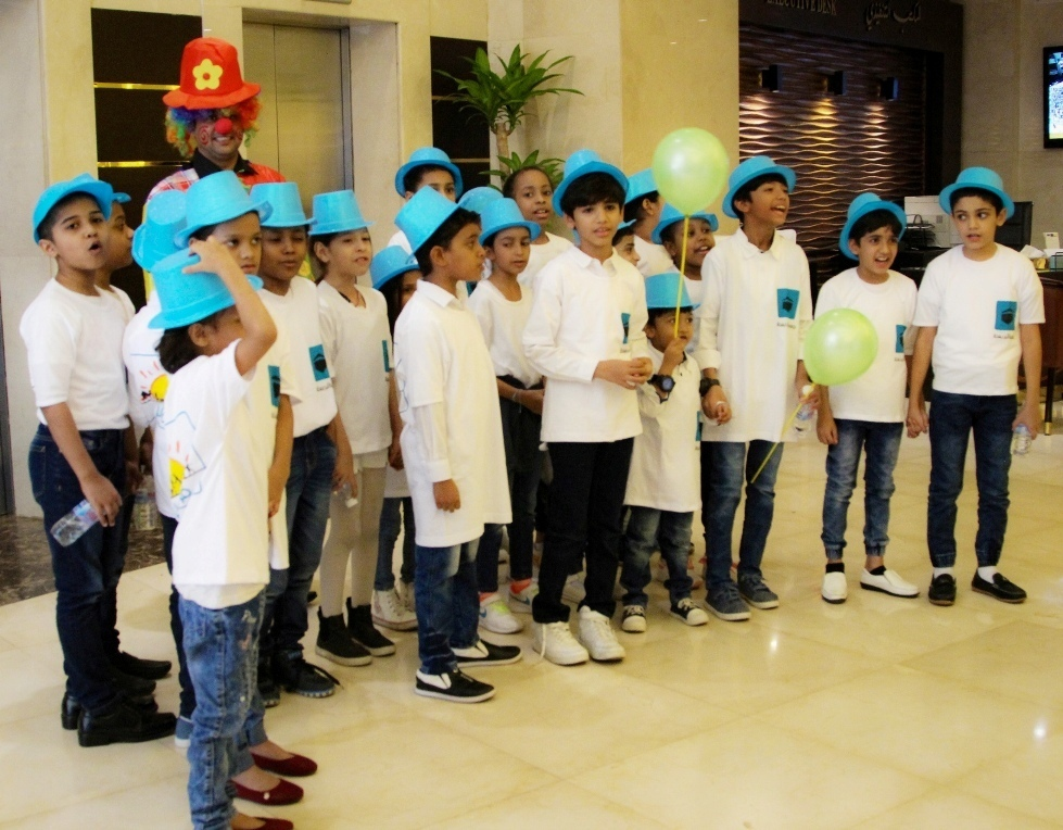 children-from-dar-al-ber-charity-association-at-makkah-millennium-hotel-towers-_-group-photo-with-clown