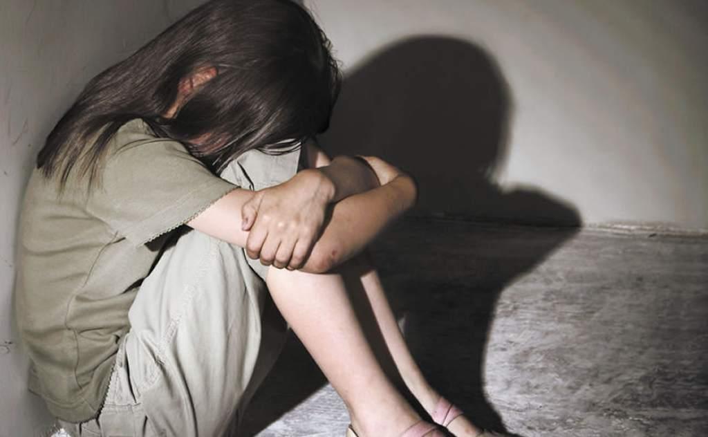 شابان اعتديا على فتاة قاصر وألقياها عارية على الشاطئ