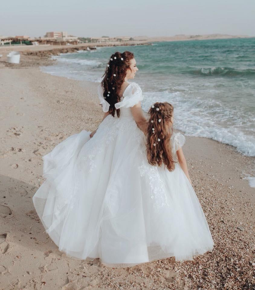 أسما-شريف-منير-مع-ابنتها-بالفستان-الابيض