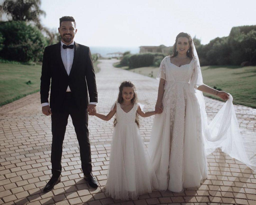 ابنة-اسما-تتوسط-العروسين