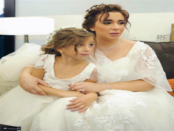 اسما شريف منير مع ابنتها في حفل زفافها