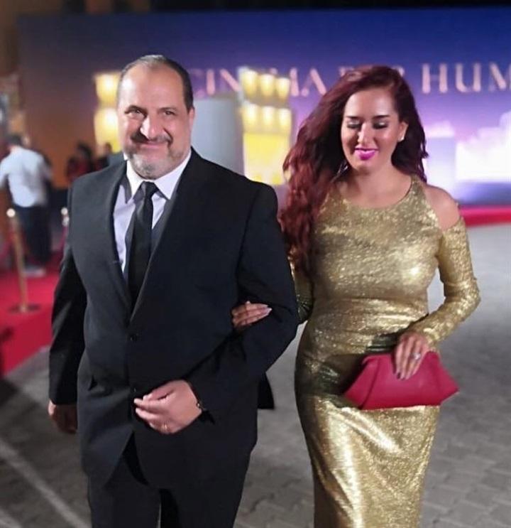 خالد-الصاوي-مع-زوجته-بالبدلة-السوداء
