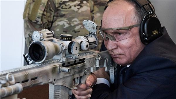 بالفيديو.. فلاديمير بوتين يستعرض مهارات القنص ببندقية كلاشنيكوف