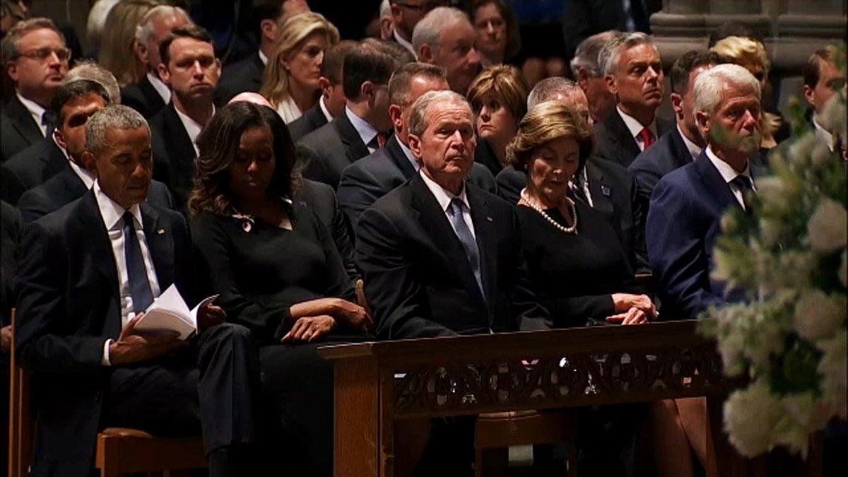 بالفيديو.. موقف محرج ومضحك يجمع بين بوش و ميشيل أوباما في جنازة ماكين