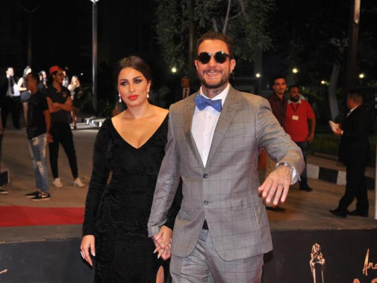 تقبيل أحمد الفيشاوي لزوجته على السجاة الحمراء