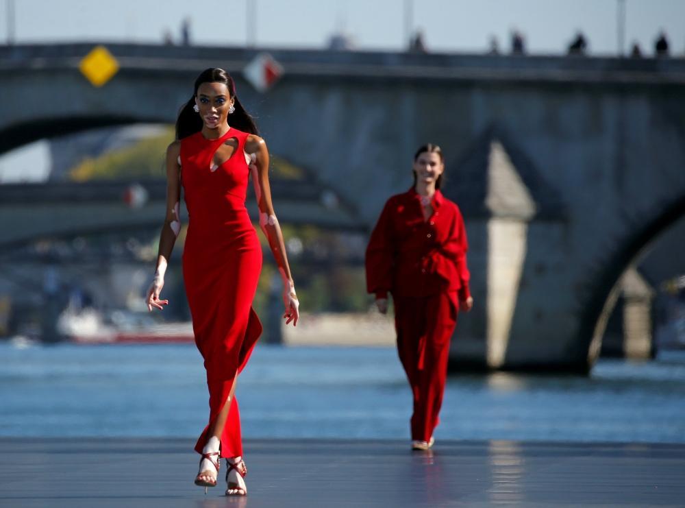 العارضة-الأمريكية-ترتدي-فستان-احمر