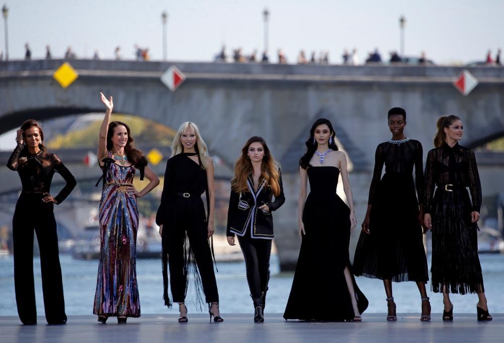 عرض-أزياء-في-نهر-السين-في-باريس