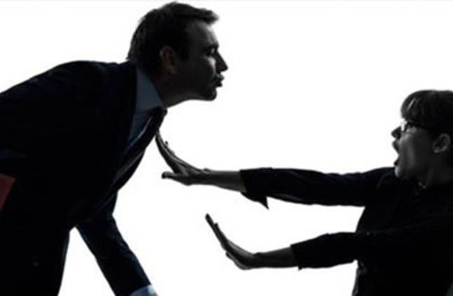 معلم يتحرش بطالبة ويحاول تقبيلها بالقوة على المسرح المدرسي