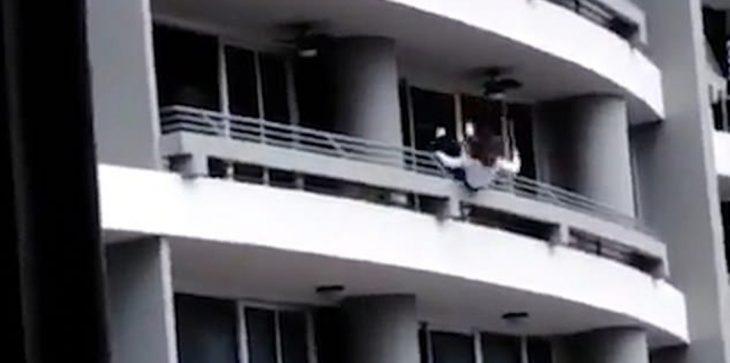 بالفيديو.. سيدة تسقط من شرفة بالطابق السابع والعشرين أثناء التقاط السيلفي