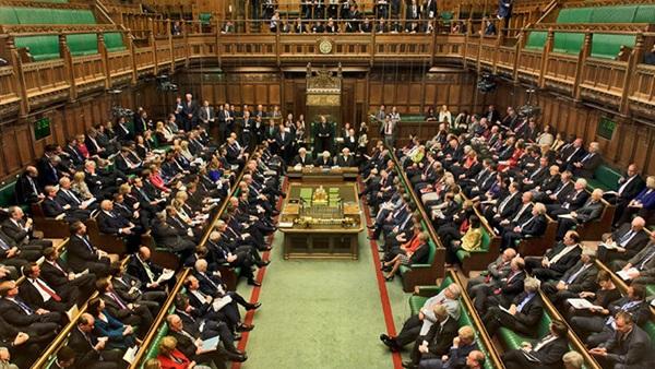 بالفيديو.. سكرتيرة وزير بريطاني تجلس على ركبتي نائب برلمان