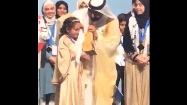 بالفيديو.. حاكم دبي يمسح دموع طفلة مغربية بعمامته