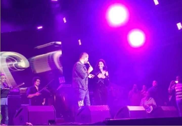 صورة عمرو دياب ودينا الشربيني من مسرح جامعة مصر الدولية
