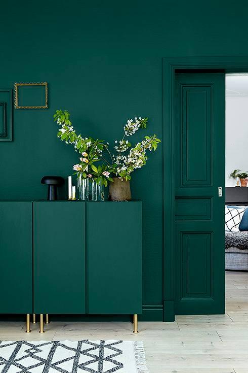 الاخضر-الزمردي-في-لون-الحائط-والباب