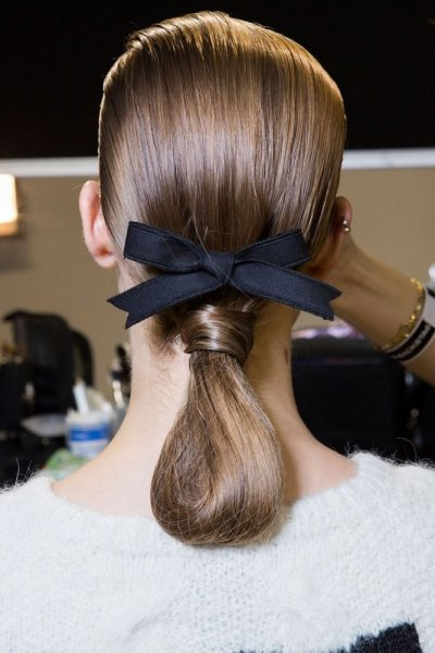 الشعر-المربوط-مع-اكسسوار-ناعم