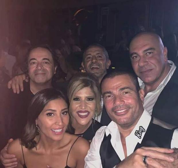 عمرو-دياب-ودينا-الشربيني-في-احتفال-وهي-يرتدي-دبلة-الزواج