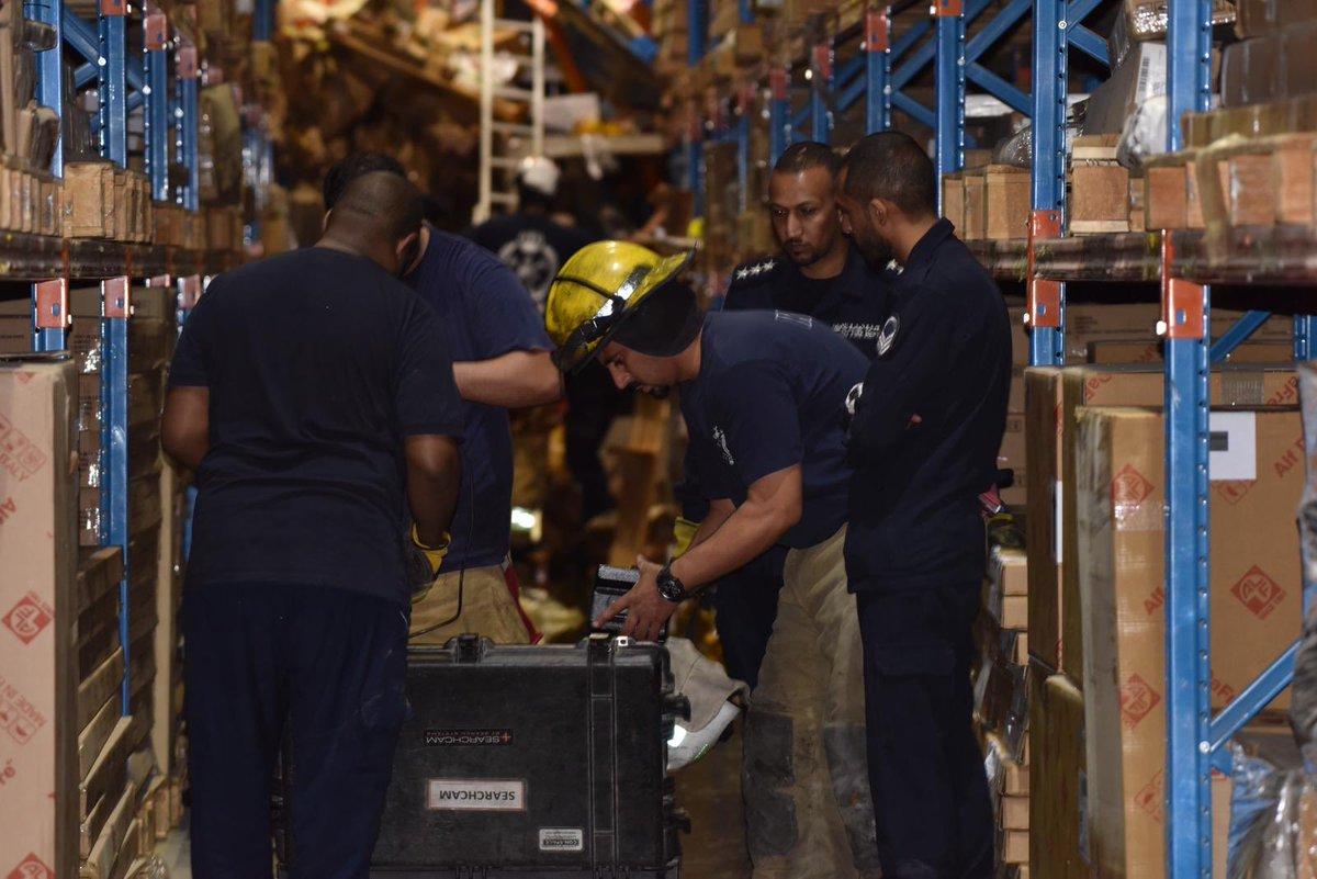 بالصور.. فقدان عامل في الكويت بعد انهيار أطنان من البضائع فوقه