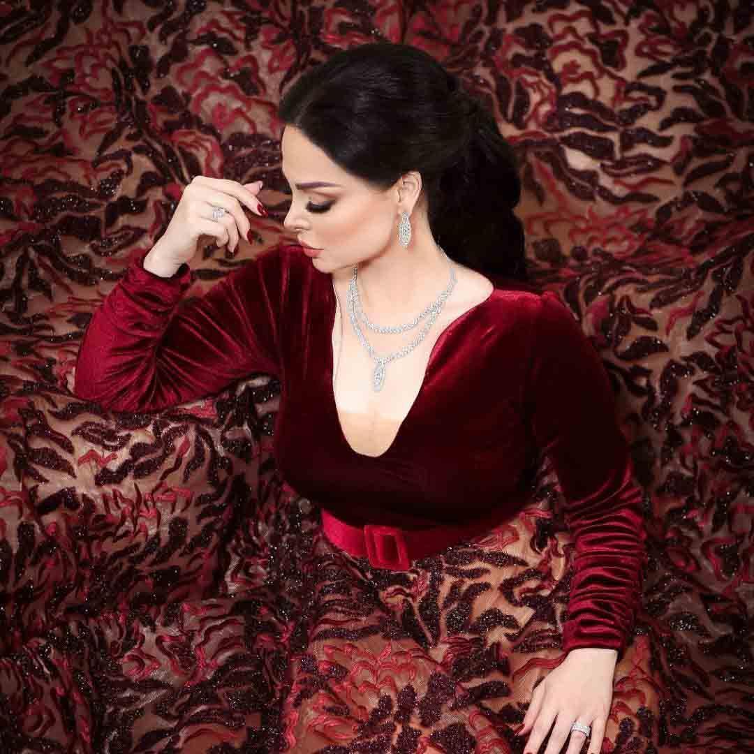 ديانا-كرزون-تتألق-بفستان-أحمر-مخملي