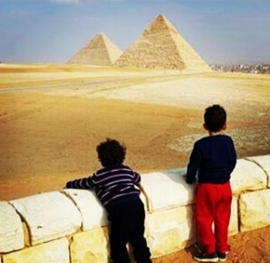 منى-زكى-فى-الاهرامات-مع-طفليها