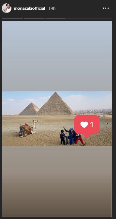 منى-زكى-فى-زيارة-الاهرامات-مع-نجليها