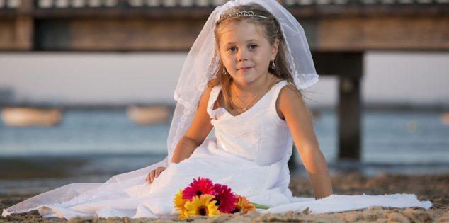بالصور.. طفلان توأمان يتزوجان تجنبًا لسوء الحظ والمرض!