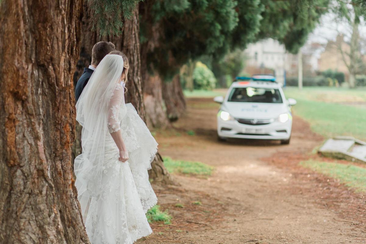 سيدة تقتحم حفل زفاف طليقها وتدمره والشرطة تتدخل في الأمر!