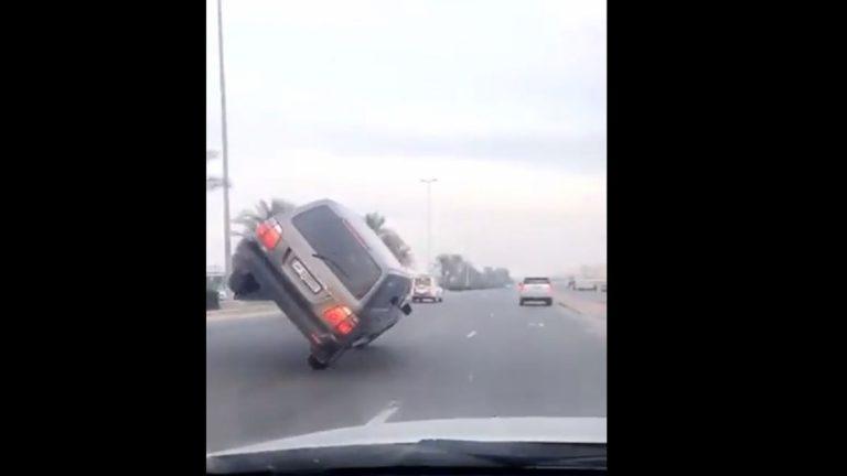 بالفيديو.. غضب عارم نتيجة استعراض خطير لمجهول في أحد شوارع الكويت