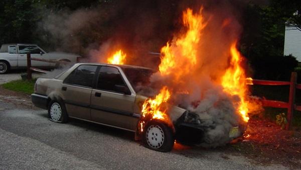 الغيرة تقود كويتيًا إلى السجن وإشعال النار في سيارة زوجته
